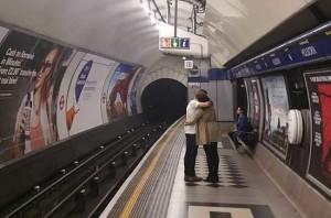 Ein Paar verabschiedet sich am Bahnhof